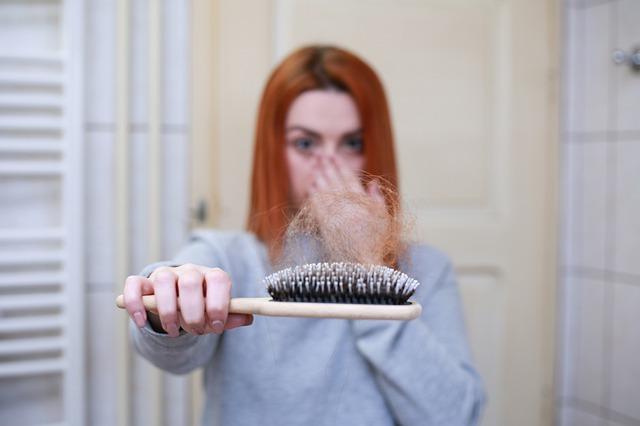 בחורה עם נשירת שיער הנובעת מחוסר איזון הורמונלי